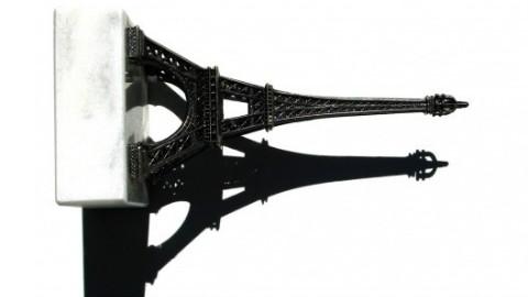 La Tour Eiffel tourne la tête des touristes. Illustration par l'auteur.