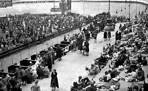 Juillet 1942. Plus de 8.000 Juifs sont parqués dans le Vélodrome d'Hiver avant leur déportation. Photo (c) DR