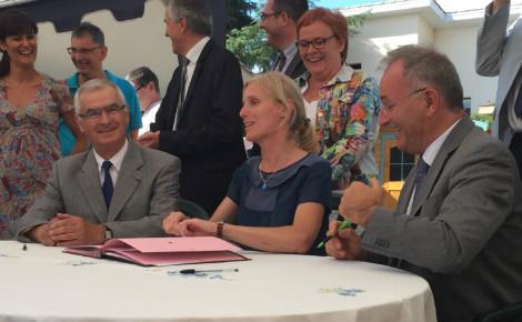 Signature de la convention de mise à disposition des locaux, Ségolène Neuville se trouve en compagnie des responsables associatifs, du directeur de la Candelie et des élus locaux. Photo (c) CDo