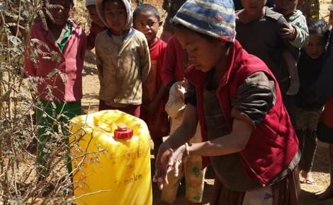 Un dispositf de lave-mains réalisé localement dans un ménage, fruit d'une sensibilisation réussie. Photo (c) A.T.