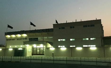 Husseiniya, lieu de culte chiite, entourée de barrières et dont l'entrée est très surveillée dans le quartier résidentiel koweïtien Jabriya. Photo (c) Bulent Inan