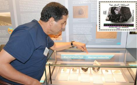 Le Pr. Abderrahmane Ibhi au Natural History Museum de Vienne montrant les 920 grammes de la météorite nommée Tissint. Photo (c) Abderrahmane Ibhi