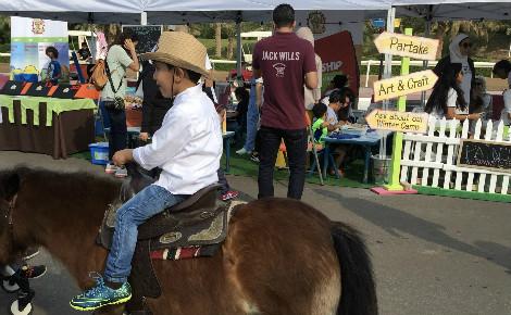 Stands proposant des activités (dessin, coloriage, balade à poney) pour enfants. Photo (c) Bulent Inan