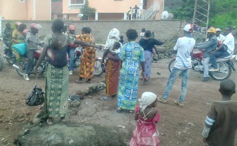 Des veuves des FARDC tentent de barricader la route en utilisant des pierres à Goma, en novembre 2015. Photo (c) Pierre Buingo