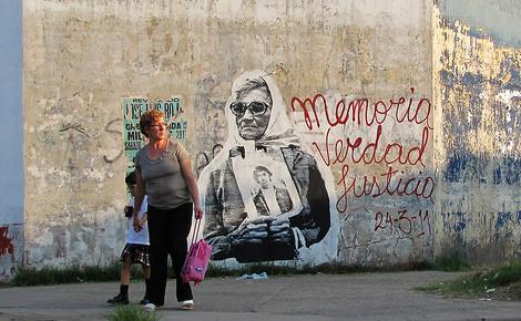 Peinture murale commémorative. Photo (c) Nazza Stencil Plantilla