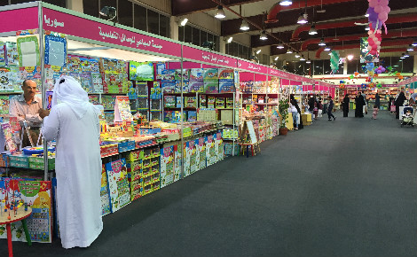 Stands proposant des livres pour enfants et adolescents au Salon international du livre du Koweït 2015. Photo (c) Bulent Inan.
