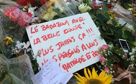 Paris 11e, des bouquets de fleurs déposés pour rendre hommage aux victimes. Photo (c) JCM