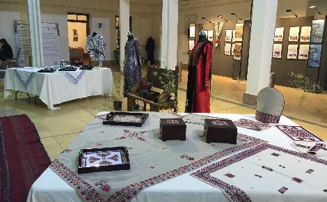 Les robes traditionnelles brodées présentent des couleurs et motifs différents selon chaque région palestinienne. Photo (c) Bulent Inan.