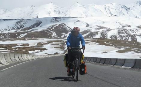 Simon Nelsan pendant l'étape du Kirghizistan. Photo (c) Bike4afuture. Cliquez ici pour accéder au site officiel