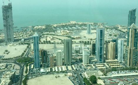 A l'arrière plan, un des nombreux buildings en construction dans le quartier d'affaires de Koweït City. Photo (c) Bulent Inan.