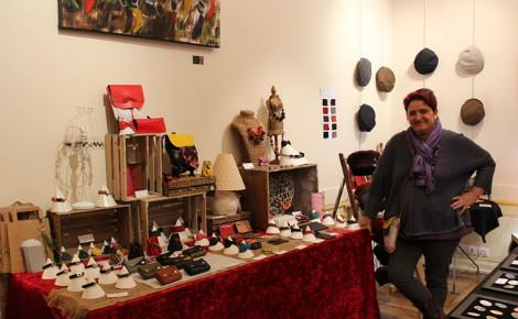 La maroquinière Laurence Boegli est heureuse d'exposer ses créations. Photo (c) Sarah Belnez