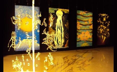 """Un idéogramme de verre et une partie de l'œuvre """"Vie de Pluie"""" de Sisyu. Photo © LLF"""