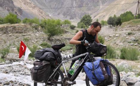 Gürkan Genç sur les chemins rocailleux du Tadjikistan. Photo (c) Gürkan Genç