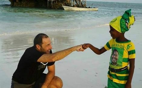 Gürkan Genç à la rencontre d'une fillette en Tanzanie. Photo (c) Gürkan Genç