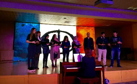 """Chorale de l'université américaine du Koweït interprétant """"La Marseillaise"""". Photo (c) Bulent Inan."""
