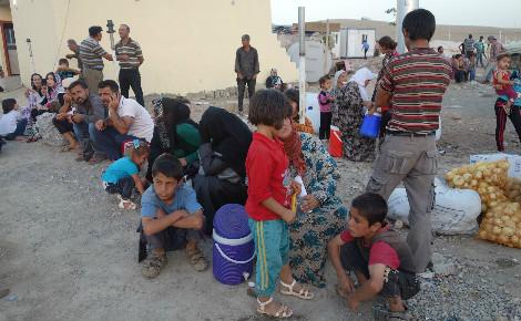 Des réfugiés kurdes syriens arrivés le 17 août 2015 au camp de Kawrgosk, près d'Erbil, attendent les camions de vivres. Photo (c) Béatrice Dillies