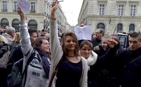 Des lycéens participant à la minute de silence en France au lendemain de l'attentat du 7 janvier 2015 contre Charlie Hebdo. Image du domaine public.