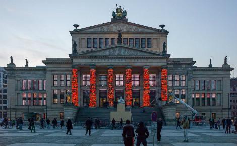 Le Konzerthaus de Berlin et ses colonnes habillées de gilets de sauvetage. Photo (c) Mompl