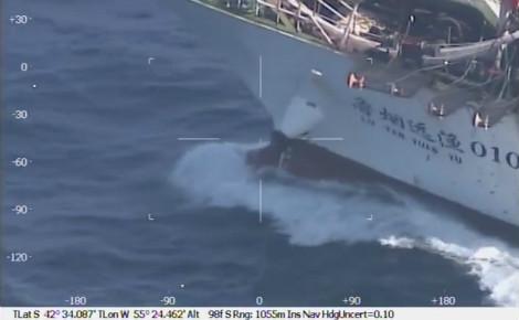 Le navire chinois dans le viseur des gardes côtes argentins. Capture d'écran de la vidéo de la Préfecture navale argentine montrant l'opération.