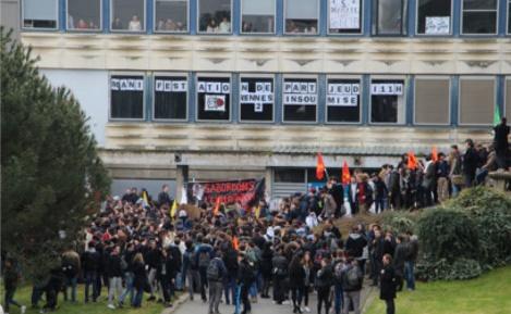 Les étudiants de Rennes 2 réunis devant les marches du hall B. Photo (c) Alice Dutray.