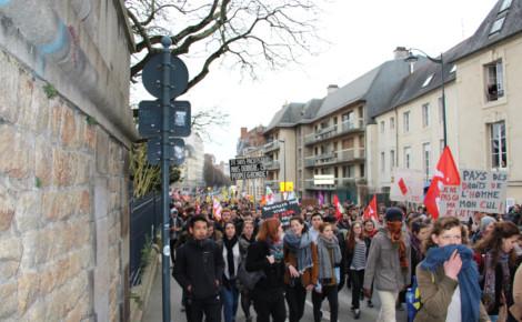 Étudiants et lycéens rentrent en cortège à Rennes 2. Photo (c) Alice Dutray.