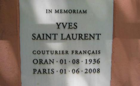 La plaque commémorative du célèbre créateur de mode Yves Saint-Laurent, à Marrakech. Photo (c) M. Falk