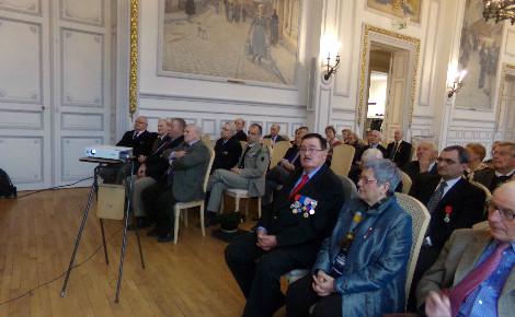 Une cinquantaine des membres de l'Association se sont retrouvés dans la salle des Honneurs de la Mairie rethéloise. Photo prise par l'auteur
