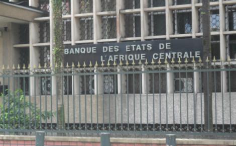 Le siège de la banque des Etats de l'Afrique Centrale (BEAC) à Douala, Cameroun. Photo (c) Florence Esther