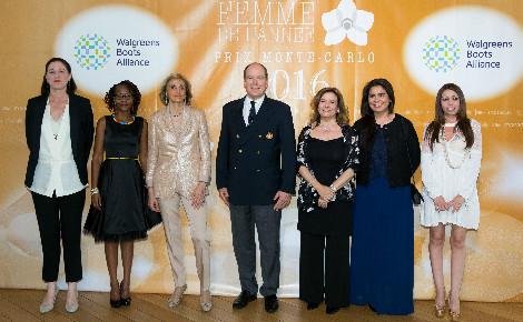Le Prince Souverain entouré des lauréates. Photo courtoisie (c) Alberto Colman