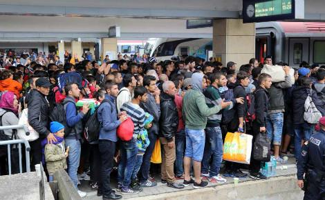 Des réfugiés attendent à la gare de Vienne. Photo (c) Bwag