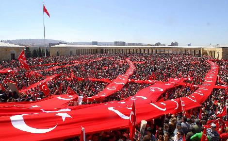 """""""Manifestation de la République"""" pro-laïque en avril 2007, à Ankara, devant l'Anıtkabir, le mausolée du fondateur de la République de Turquie, Mustafa Kemal Atatürk. Photo (c) Selahattin Sönmez."""