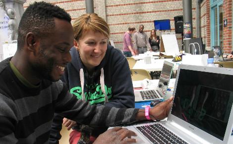 Selon leurs affinités les participants se sont constitués en groupe autour d'une idée à développer. Photo (c) C. Szumilo