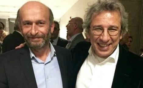 De gauche à droite: Erdem Gül et Can Dündar, deux journalistes du quotidien turc de centre-gauche Cumhuriyet. Photo (c) VOA.