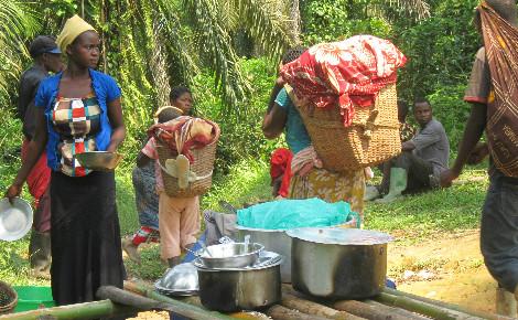 Dans leur fuite, des femmes et enfants achetent à manger dans un restaurant improvisé. Photo (c) Pierre Buingo, Walikale, juin 2015