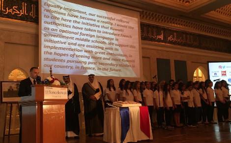 Les élèves du lycée français du Koweït sur scène aux côtés de l'Ambassadeur de France au Koweït et du ministre adjoint des Affaires étrangères koweïtien. Photo (c) Bulent Inan.