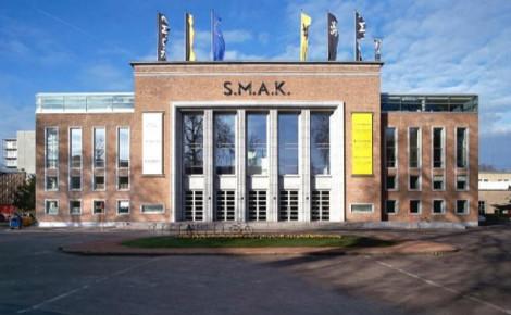 Le S.M.A.K. (Stedelijk Museum voor Actuele Kunst). Image du domaine public.