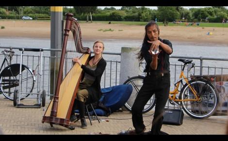 Harpiste et jongleur contact ball. Photo (c) Alice Dutray.