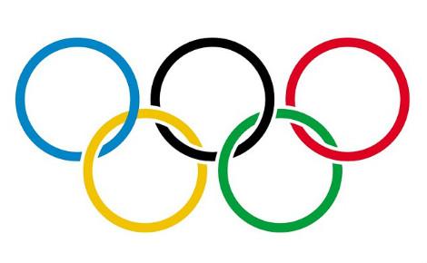 Le drapeau olympique, sous lequel défile l'équipe des réfugiés. Image du domaine public.