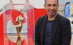 Youri Djorkaeff à Nice avec le trophée de la coupe du monde de football féminin