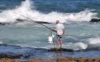 L'IMAGE DU JOUR – Pêcheur dans les vagues