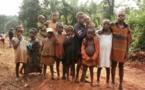 Des enfants pygmées rémunérés en colle à sniffer et en alcool