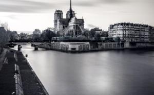 """""""Seulement 9% des promesses de dons versés à la cathédrale de Paris."""" unsplash.com © @_ananas_"""