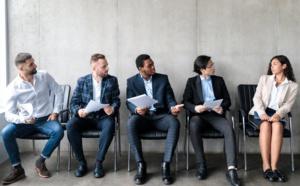 À qualifications égales, les femmes postulent moins que les hommes dans les secteurs de la finance ou du conseil, pensant que leur candidature a moins de chances d'être retenue.