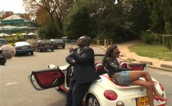 Le fameux cabriolet de 'La folle route vers St-Tropez' en vente au profit des enfants du Secours populaire