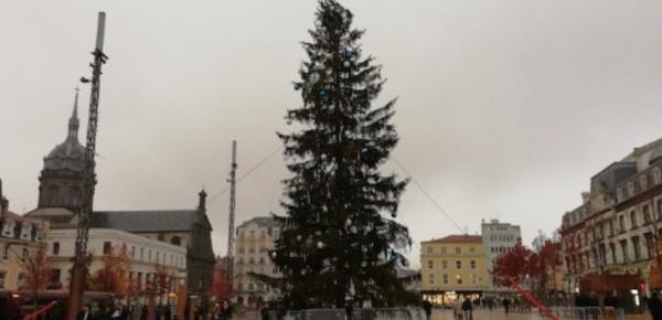 Clermont-Ferrand: sous la robe du sapin de Noël