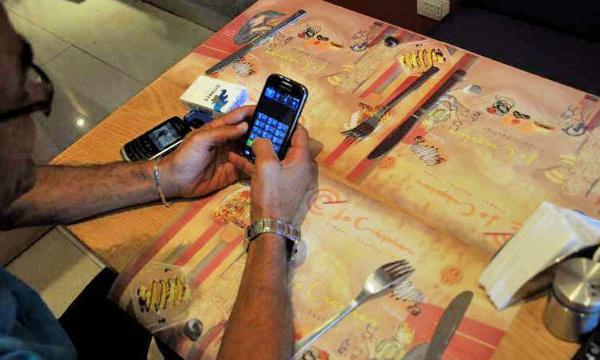 L'IMAGE DU JOUR – Dépendance au téléphone portable