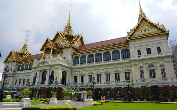 En Thaïlande, les étudiants défient le roi
