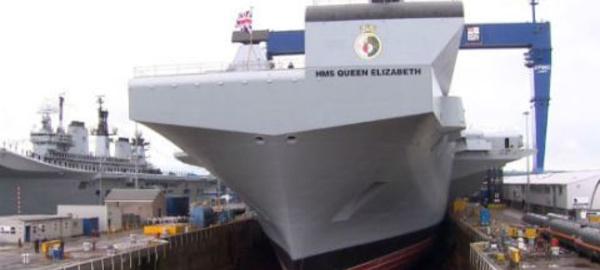 La Reine Elizabeth baptise au whisky le HMS Queen Elizabeth