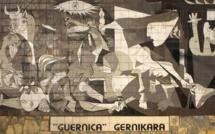 Reproduction murale (en carreaux de faïence) du tableau dans la ville de Guernica (c)  musée Reina sofia wikipedia