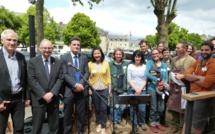 L'équipe de l'Escale Paysanne accompagnée des élus locaux. Photo (c) Arnaud Gicquello.